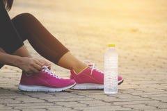 Versuchende Laufschuhe des Läufers, die fertig werden lizenzfreie stockfotos