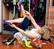 Versuchende Schuhe der Frau Lizenzfreies Stockbild