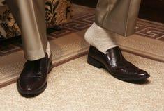 Versuchende Schuhe des Mannes Stockbilder