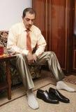 Versuchende Schuhe des Mannes Stockbild