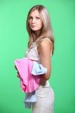 Versuchendes Kleidungskleid der Frau beim Einkauf Lizenzfreie Stockfotos