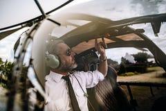 Versuchs, die Kontrollen auf Hubschrauber beginnend lizenzfreie stockbilder