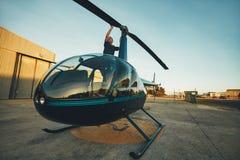 Versuchs, die Läuferschaufeln eines Hubschraubers kontrollierend lizenzfreie stockfotos