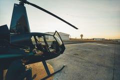 Versuchs, Fluginspektion am Hubschrauber vor tuend lizenzfreies stockbild