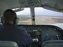 Versuchs-flys ein Flugzeug, zum einer Landung zu machen lizenzfreies stockfoto