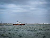 Versuchsboot, das zum Meer erlischt stockfoto