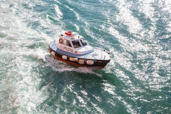 Versuchsboot nahe der Küste von Ancona, Italien Stockfotos
