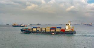 Versuchsboot und Containerschiff Lizenzfreie Stockfotos