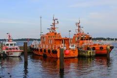 Versuchsboote und Rettungsboot machten am Hafen fest lizenzfreie stockfotos
