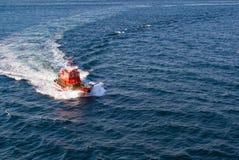 Versuchsbootsankommen Stockfotografie