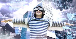 Versuchsfliegenjunge, der Arme und hohe Gebäude mit wirtschaftlichem Finanzgitterhintergrund ausdehnt lizenzfreies stockfoto