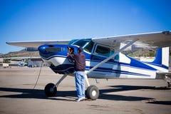 Versuchshandeln vor dem Flug von den hellen Flugzeugen Stockfotos