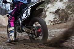 Versuchsmotorrad springt über Felsen Lizenzfreie Stockfotografie