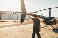 Versuchsprüfungshubschrauberendstück während Kontrolle der vor dem Flug lizenzfreies stockbild