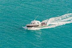 Versuchsschnellboot, das geht, ein Kreuzschiff zu unterstützen Stockfoto