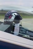 Versuchssturzhelm im flachen Cockpit stockfotografie