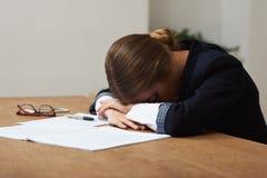 Versuchtes Geschäftsfrauschlafen Stockfotografie