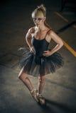 Versuchung, blonde Ballerina mit schwarzem Ballettröckchen Stockfoto
