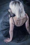 Versuchung, blonde Ballerina mit schwarzem Ballettröckchen Stockbilder