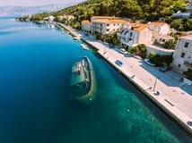 Versunkene Schiff in Küstennähe Antenne - hohe ange Ansicht des Dorfs Kleine adriatische Stadt Lizenzfreie Stockbilder