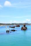 Versunkene Wracke vor einer tropischen Insel Stockbild