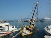 Versunkene Yacht Ertrunkene Träume Die Yacht ist im Hafen Insel von Korfu Griechenland Sea Sommer Blauer Himmel lizenzfreie stockfotografie
