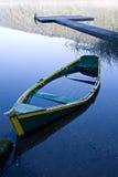 Versunkenes Boot und Anlegestelle lizenzfreies stockfoto