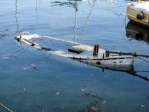 Versunkenes hölzernes Boot im Gezeiten- Hafen stockbilder