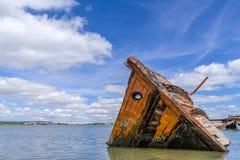 Versunkenes hölzernes Schiff in Seixal-Bucht (der Tajo), nahe Lissabon Lizenzfreie Stockbilder