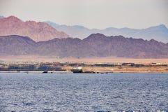 Versunkenes Schiff gegenüber von der Insel von Tiran im Roten Meer in Ägypten Lizenzfreie Stockfotografie