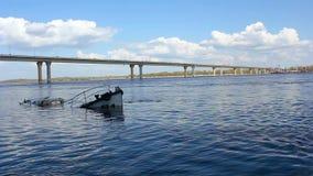 Versunkenes Schiff im Fluss stock footage