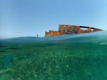 Versunkenes Schiff nahe dem Strand in Hurghada, Ägypten stockfotos