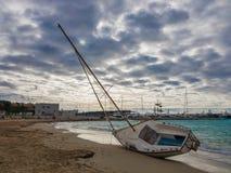Versunkenes Segelboot gewaschen herauf an Land lizenzfreie stockfotografie