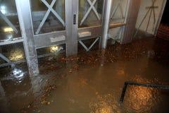Översvämmad byggande ingång som medförs av Orkan San Arkivbilder