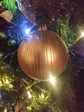 Vert bleu de lumières décoratives d'arbre de Noël Photos libres de droits