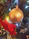 Vert bleu de lumières décoratives d'arbre de Noël Photos stock