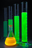 Vert dans le flacon jaune de cylindres images libres de droits