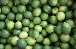 Vert de citron pour le fond, abrégé sur pile de citron, nature verte fraîche de citron, citron vert Photographie stock libre de droits