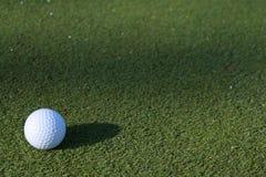Vert de début de la matinée de balle de golf Image libre de droits