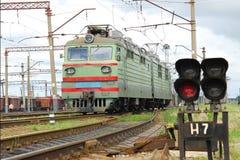 Vert de sémaphore et de locomotive électrique Photos libres de droits
