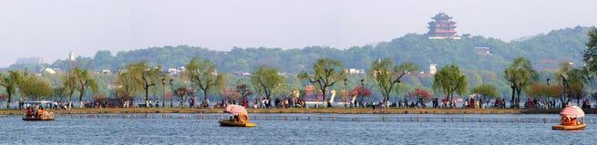 Vert de saule de ressort de chaussée de bai de lac, rouge de pêche, et attraction occidentaux photographie stock