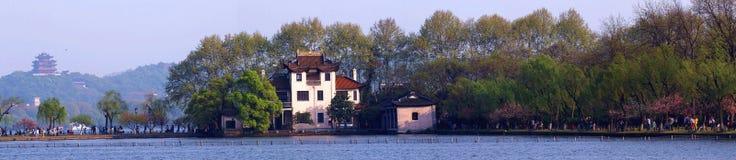Vert de saule de ressort de chaussée de bai de lac, rouge de pêche, et attraction occidentaux images libres de droits