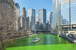 Vert de teinture de la rivière Chicago le jour de Patrics de saint Photos stock