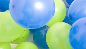 Vert et bleu monte en ballon le fond Photos stock