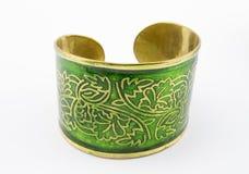 Vert et bracelet d'or sur le blanc Images libres de droits