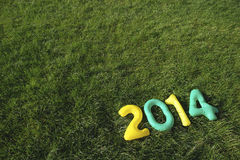 Vert et jaunissez le message 2014 sur le fond d'herbe Images libres de droits