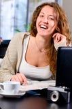 Vert för kvinnacafeskratt 0121 (62) .jpg Royaltyfri Foto