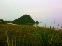 Vert isolé de nature de brezze d'île de mer d'océan nuageux Image libre de droits