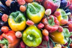 Vert jaune et paprikas colorés rouges, fond naturel Photo stock