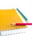 Vert jaune rouge de crayons, trois crayons sur le fond blanc, crayons, profondeur Images stock